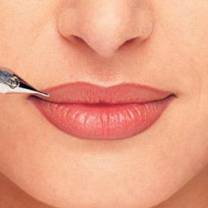 Перманентный макияж может существенно изменить форму губ